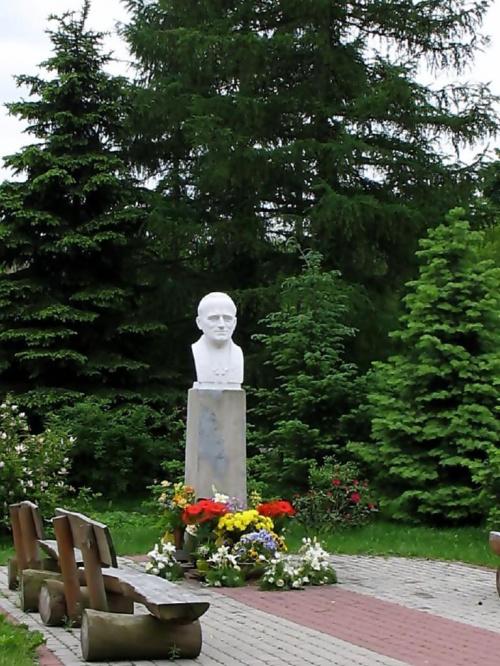 Koluszki, ul.11-go Listopada - teren kościoła. Pomnik Papieża Jana Pawła II #Koluszki #Listopad #pomnik #popiersie #KościółPapież #pope #Jan #Paweł #Karol #Wojtyła