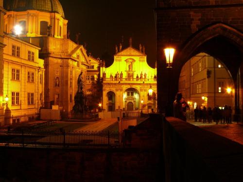 Staromiejska Wieża Mostowa - wejście na Most Karola od strony Starego Miasta #Praga