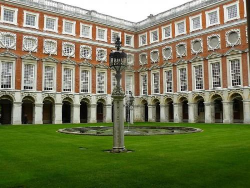 dziedziniec barokowy z fontanna #Hampton #Londyn #Tudor