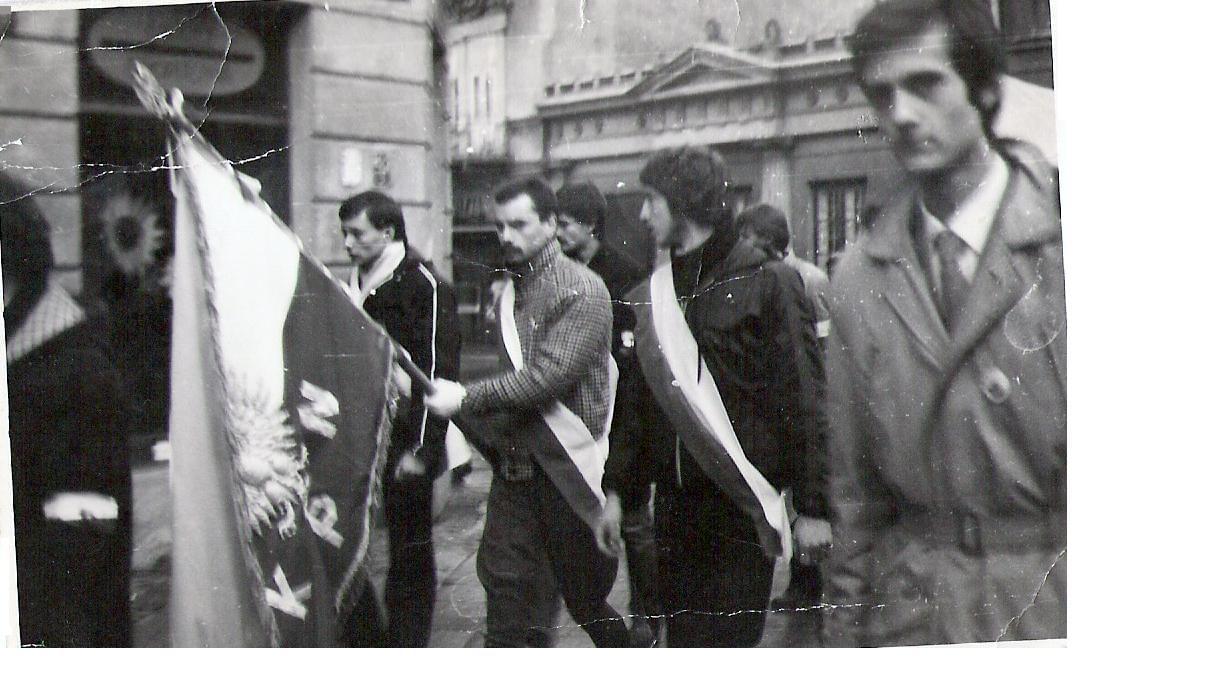 od prawej:J.Miszczak;w poczcie sztandarowym:W.Wójtowicz,A.Olszewski,D.Biernacki;w tle:L.Domański