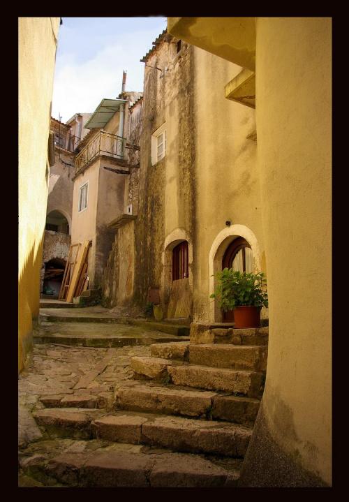 Kamieniczki w Vrbniku #Chorwacja #domy #Vrbnik #kamienica #budynek #schody #miasto
