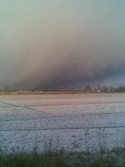 Zdjęcia z telefonu, robione w trakcie jazdy... Bardzo spodobało mi sie niebo :) Takie dzisiejsze pogodowe psikusy- od słońca po śnieg.