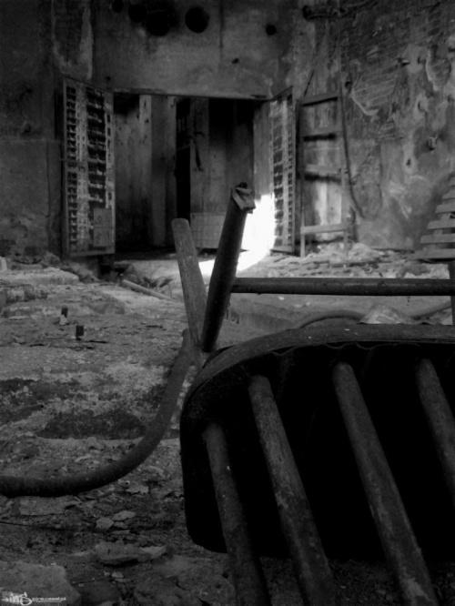 jedyne wyjście #OpuszczonyBudynekKrzesłoDrzwi
