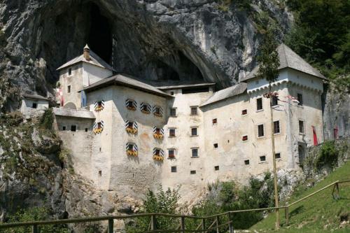 Predjamski Grad. Zamek warowny z XVI wieku, zbudowany na wzgórzu o wysokości 123 metry u wrót jaskini. #Słowenia #zamek #architektura