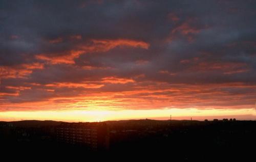 Grudniowe niebo - z mojego okna #niebo #ZachódSłońca